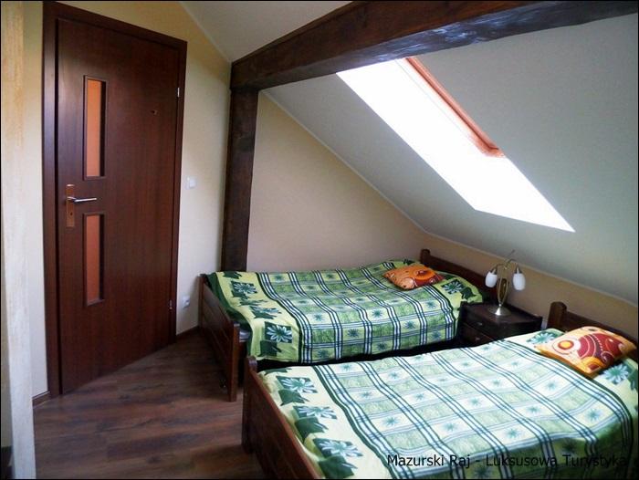 Druga z trzech sypialni